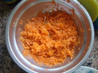 胡萝卜肉末云吞,红萝卜擦成碎丝。