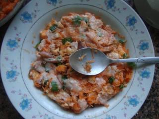 胡萝卜肉末云吞,肉沫加萝卜碎、香菇、姜末、葱花拌匀。