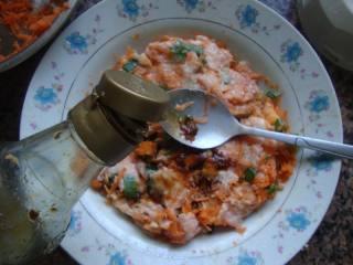 胡萝卜肉末云吞,加入酱油。