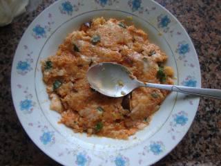 胡萝卜肉末云吞,加米酒和2勺生粉拌匀,搅拌至上劲。