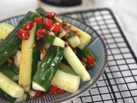 夏天必备凉菜,油淋黄瓜,清脆爽口,鲜香开胃,做法简单更健康