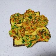 香煎上海青、胡萝卜、鸡蛋、大米饼