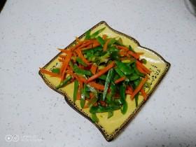 尖椒炒扁豆、胡萝卜丝