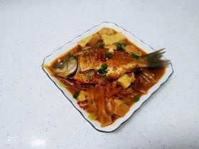 红烧鲫鱼炖冻内脂豆腐、粉皮