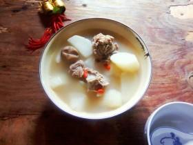 冬至美食    羊排菌菇香萝卜汤