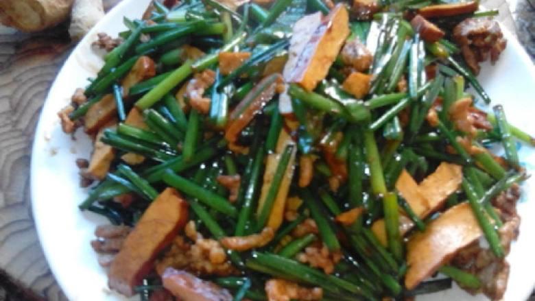 韭菜,肉丝、茶干、盐、鸡精、酱油、老抽酱油,生姜,青椒。
