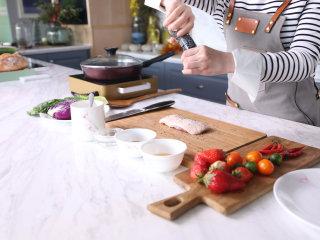 高级又容易做的草莓酱黑醋汁鸭胸肉,鸭胸肉洗净吸干水分,用黑椒粒和盐腌制