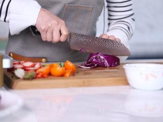 高级又容易做的草莓酱黑醋汁鸭胸肉,将水果切半,蔬菜切丝