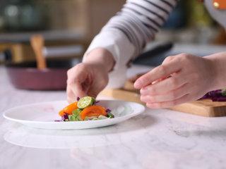高级又容易做的草莓酱黑醋汁鸭胸肉,将烤好的鸭胸肉切片放入盘中,淋上草莓酱黑醋汁,加入蔬菜丝,美美地摆盘