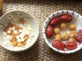 苹果梨子汤,南北杏和红枣、无花果等材料简单清洗一遍。