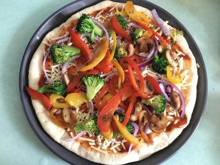 大虾披萨,将去水的蔬菜均匀的摆在芝士碎上。