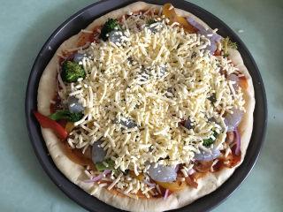 大虾披萨,最后撒上一层厚厚的芝士碎。