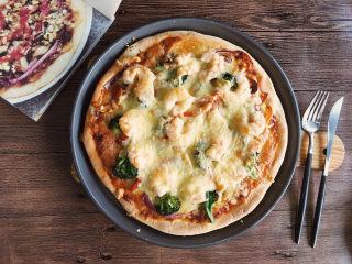 大虾披萨,烘烤结束后取出,成品图。