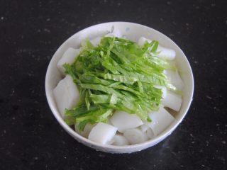 猪肝拌卷粉,卷粉放进碗内,放入生菜丝