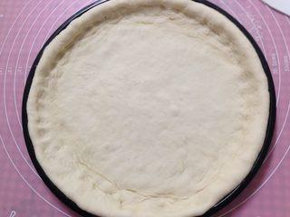腊肠肉松披萨,放入披萨盘用手整形成周边厚、中间薄,二次发酵至1.5倍大