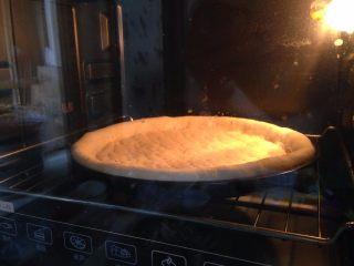 腊肠肉松披萨,入预热好的烤箱、底火200度、上火180度、中下层、烤15分钟