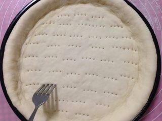 腊肠肉松披萨,用叉子在底部插些小孔以免烤的时候鼓底