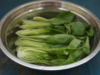 西洋参炖鸡汤,油菜洗净,对切