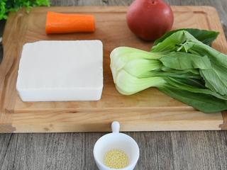 """零厨艺学做""""太极八卦羹"""",绢豆腐 1块、胡萝卜 半根 番茄 1个、青菜 1棵、鸡精 3g、盐 4g、水淀粉 20g"""