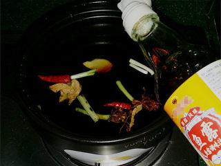 #黑酱油# 香辣卤猪心,砂锅中放入大料、食盐、白糖、清水、料酒、老抽和鱼露