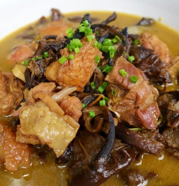 把食材倒入高压锅炖40分钟,开锅后加5克盐,少许味精调味搅匀,装盘撒小