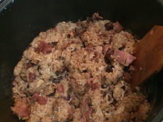 腊味糯米饭,把肉和汁全部倒到电饭锅里拌匀