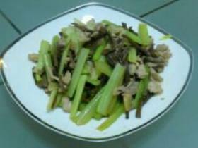 茶树菇烩肉片西芹