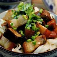 磨菇焖肉面