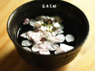 樱花果子冻,先用流水洗净樱花,泡在盐水里备用
