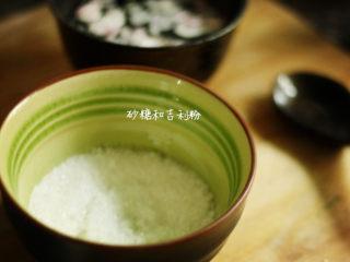 樱花果子冻,吉利丁粉和细砂糖混合搅拌均匀