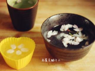 樱花果子冻,待微微凝结时铺上花瓣放入冰箱冷藏