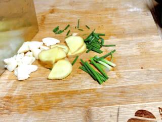 芋头蒸五花肉,备好葱姜蒜