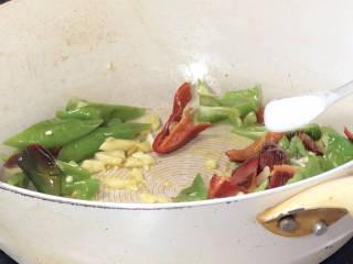 青椒炒花菜,加盐炒至入味