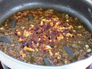 糖醋鸡蛋,再放适量食用油烧至五成热,先把蒜末小火炒香,然后放入郫县豆瓣酱炒出红油。