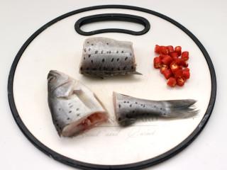 鲈鱼炖豆腐,鲈鱼去除内脏杂质和鱼鳞,洗净后切段,小米辣3个。