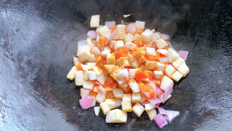 杏鲍菇炒鸡丁,加少许清水,小火焖煮
