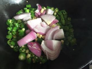 洋葱炒青椒,倒入洋葱玉米粒翻炒