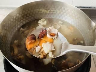 养生汤—香菇肉片汤,放香菇胡萝卜