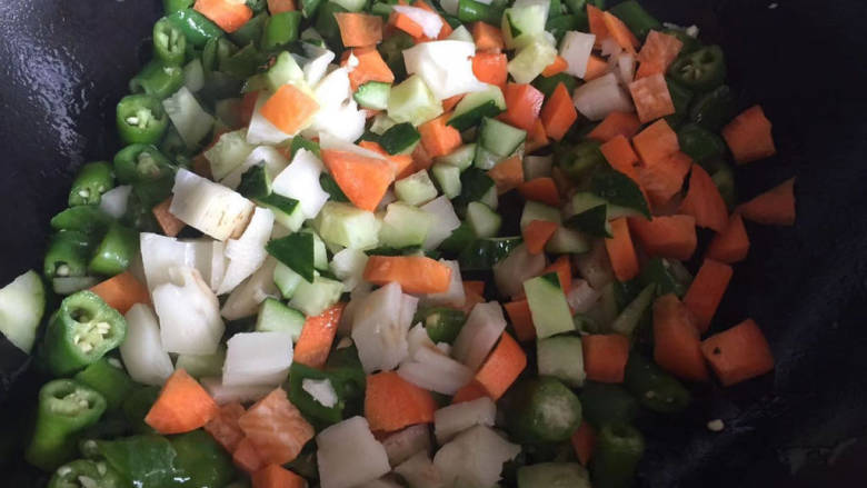 杂炒时蔬,依次下入黄瓜丁,胡萝卜丁,藕丁