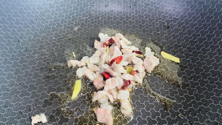 五花肉炒茭白,放入五花肉翻炒至变色