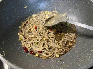 韭菜豆芽炒粉丝➕韭菜豆芽鸡蛋炒粉条,加入少许清水,煮开后中火收汁