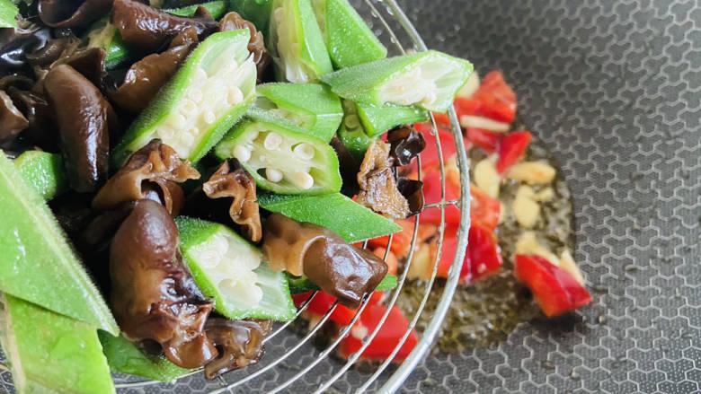 杂炒时蔬,放入焯烫后的秋葵和黑木耳翻炒片刻