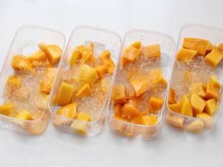 芒果芋圆烧仙草,取适量大小的容器,先在底部放芒果块和西米。