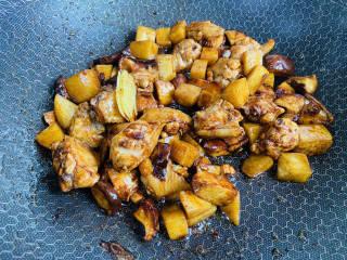 土豆香菇焖鸡,翻炒上色