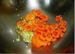 双孢菇炒西兰花,热锅入油,三成热时入葱蒜末煸出香味,下入胡萝卜片小火煸至变色;