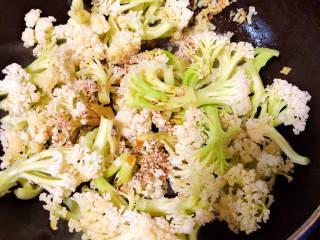 青椒炒花菜,加入盐、生抽。