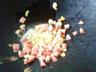 虾米芥菜粥,如图。放入火腿丁和虾米爆香