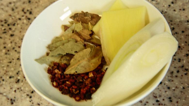羊蝎子,凉水加香叶、花椒、葱、姜