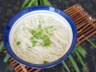 阳春面,捞碗,和调味汤一起调匀开吃。