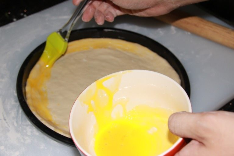 芝士榴莲披萨,边缘涂上全蛋黄,烤出来就是金黄色的边。